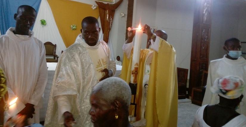 Père Nestor officiant la messe de la veillée pascale