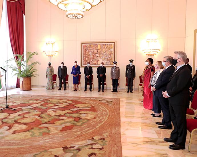 Le Président de la République, Alassane OUATTARA et les cinq nouveaux Ambassadeurs accrédités en Côte d'Ivoire
