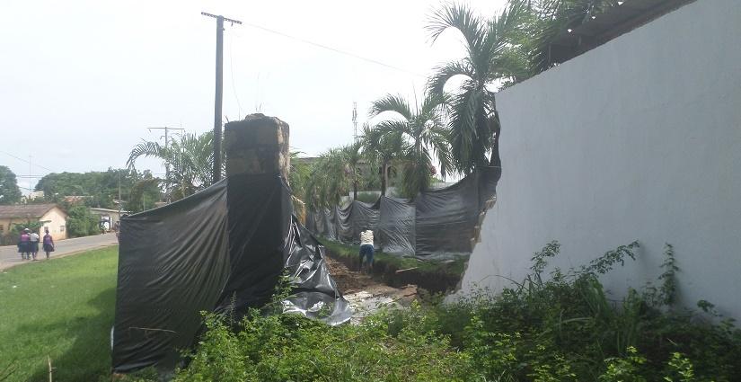 clôture du tribunal arrachée par la tempête