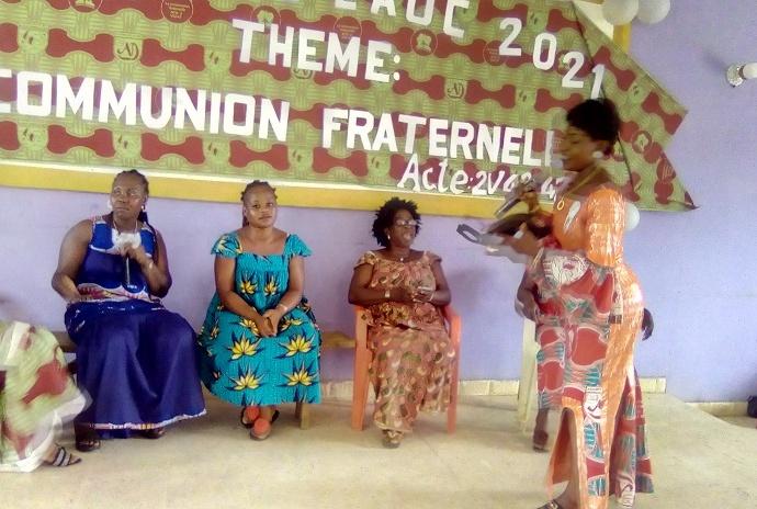Des femmes de l'église des Assemblée de Dieu de Botro faisant un sketch