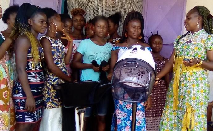 Dr N'dé Apo Louise représente de l'ONG Fondation Espace Afrique remettant le don