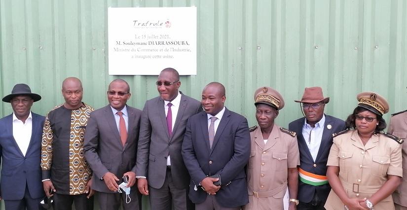 Le ministre Souleymane Diarrassouba, les reponsables de l'usine Trafule et les autorityés de Ndouci, le jeudi 16 juillet 2021