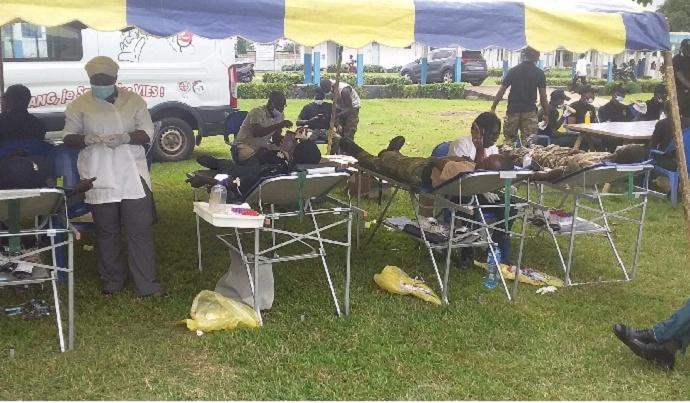 Les forces spéciales d'Adiaké font don de sang à l'hôpital général