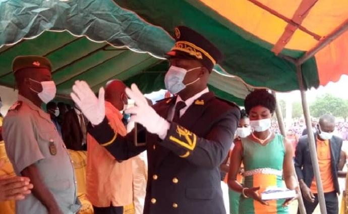 Cissé Issiaka François, sous-préfet de Boahia saluant les populations lors de la célébration du 61è anniversaire de l'indépendance de la côte d'Ivoire
