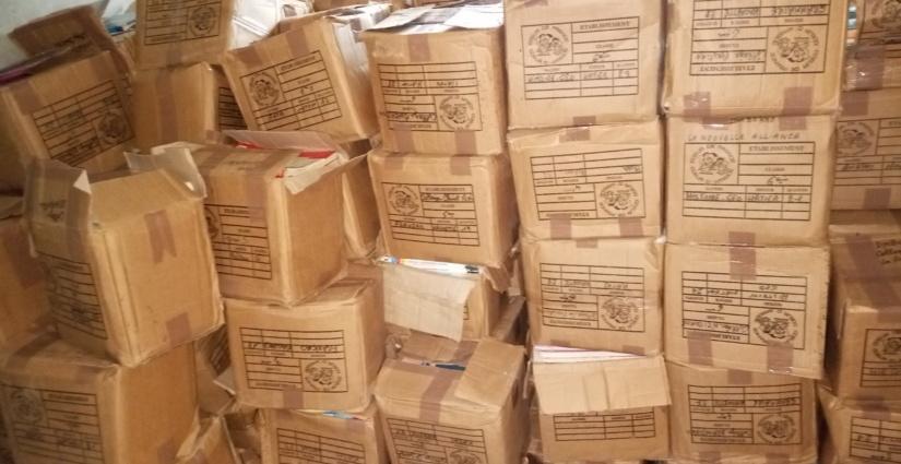 Les cartons de livres de Mme Barro Mabiba, député de Kong à la bibliothèque municipale
