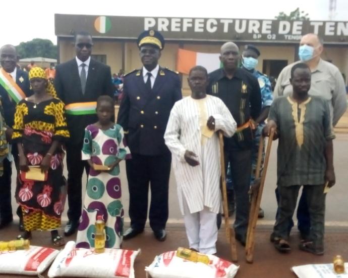 Les autorités de Tengrela et les bénéficiaires posant après la remise des dons
