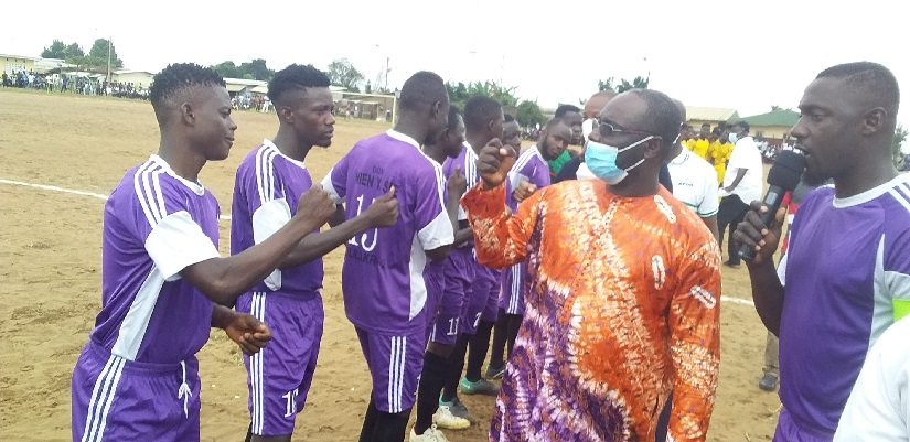 Le commissaire général de l'êlê festival, Atché Bilé Jean encourageant les équipes avant le match.