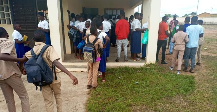 Elèves et parents d'élèves dans le rang des inscriptions physiques au lycée de Kong