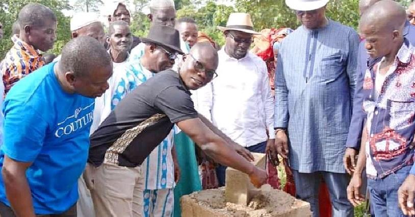 Le maire de Prikro, Ekra Kouakou Antoine en compagnie des populations de Prikro pour la pose d'une pierre pour la construction de latrille