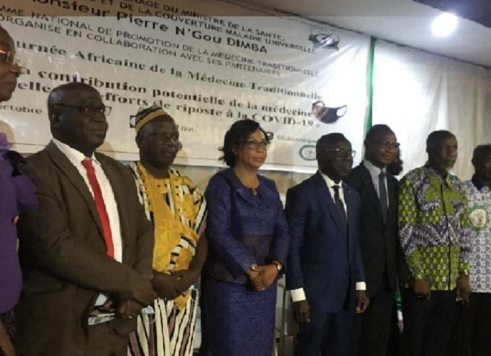 Le directeur de cabinet du ministère de la Santé, de l'Hygiène publique et de la couverture maladie universelle, Aka Koffi Charles en compagnie des tradipraticiens lors la 19ème de la JAMT.